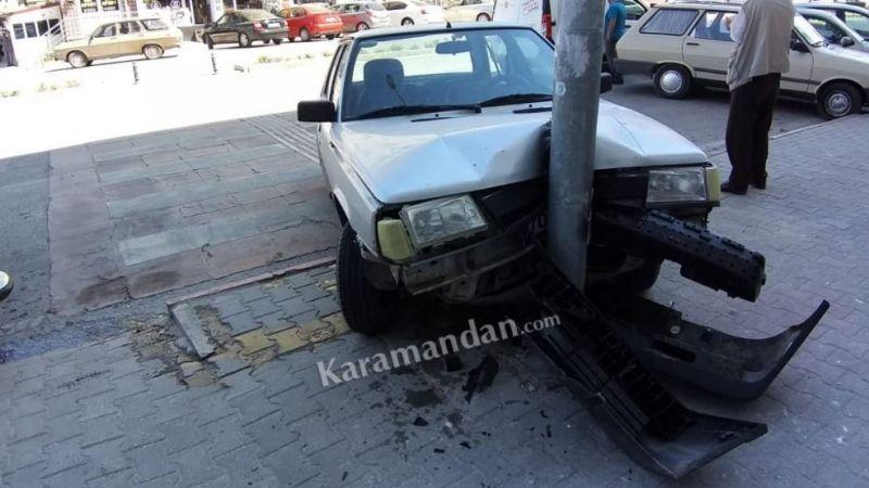Fren yerine gaza basan sürücü direğe çarptı