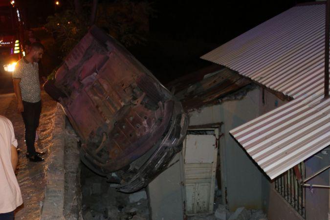 Otomobil evin çatısına düştü: 2 yaralı