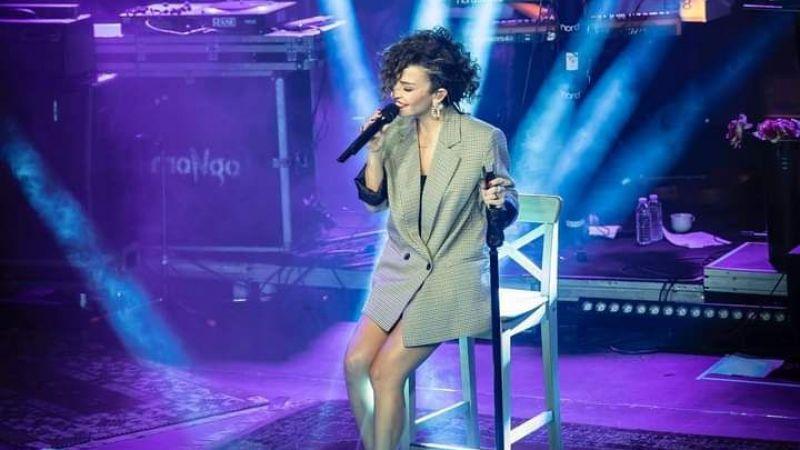 Fatma Turgut Halı dekorlu sahnede şarkılarını söyledi!