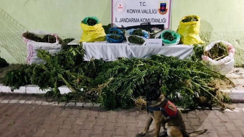 Saman yığınlarının arasında 23 kilo uyuşturucu ele geçirildi