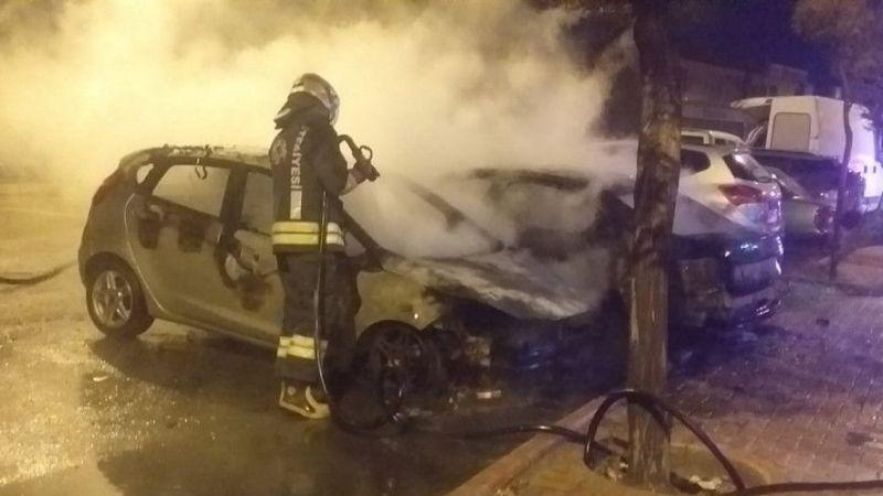 Konya'da park halindeki 2 otomobil yandı
