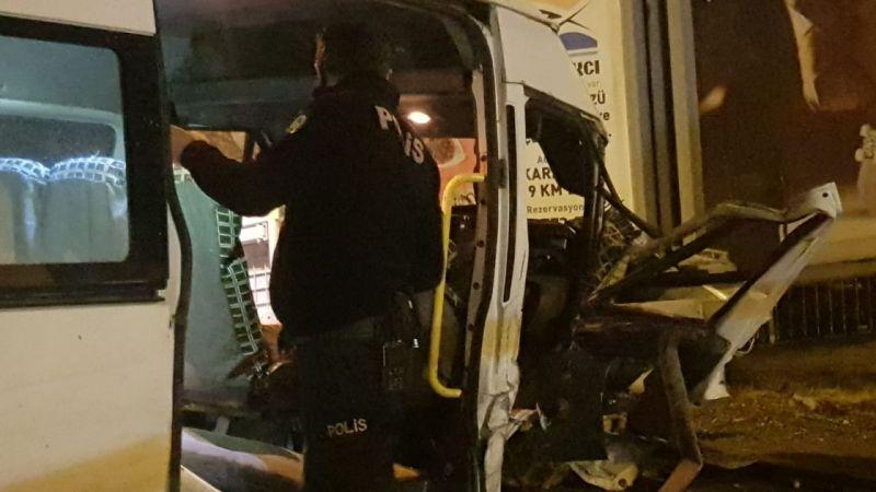 Tatilden dönen aileyi taşıyan minibüs ile otomobil çarpıştı: 4 yaralı