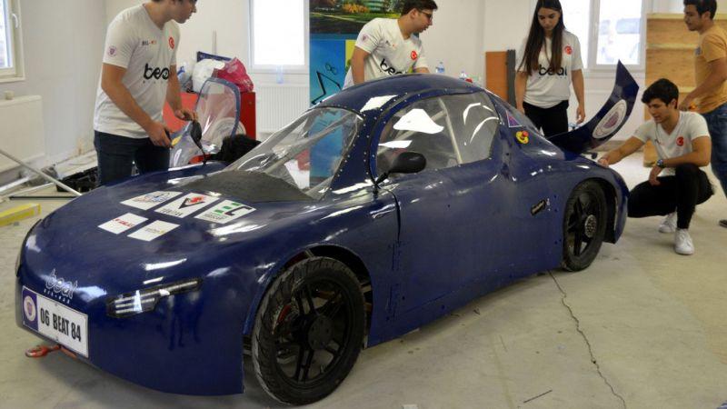 Üniversite öğrencileri, elektrikli otomobil yaptı