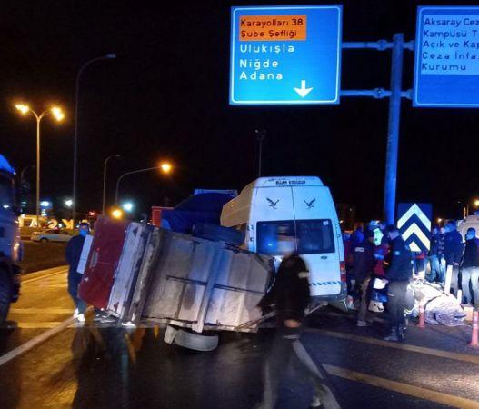 Aksaray'da mevsimlik işçileri taşıyan minibüs tırla çarpıştı, 17 kişi yaralandı