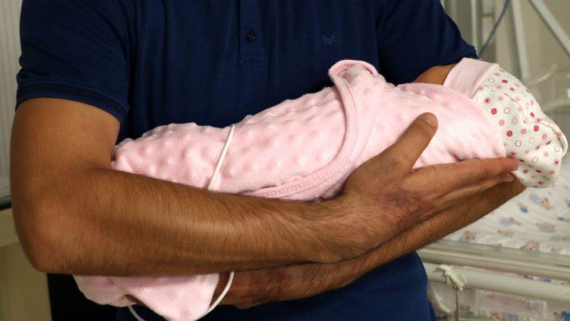 Kovid-19'a yakalanan anne sezaryenle alınan bebeğine kavuşmayı bekliyor