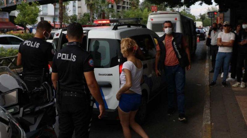Sinir krizi geçiren kadın otobüs durağına saldırdı