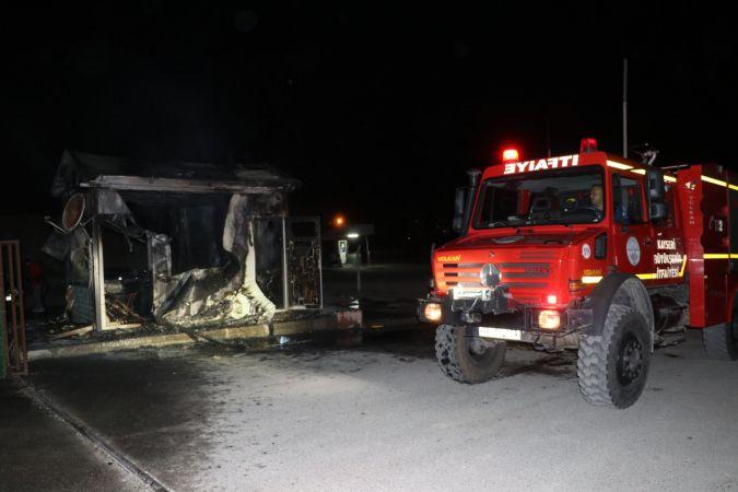 İşten çıkarıldığı belirtilen kepçe operatörü iş makinesi ve güvenlik kulübesini yaktı