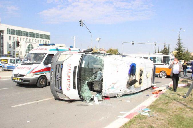 Karaman'da ambulans ile minibüs çarpıştı, seyyar satıcının aracı refüje fırladı: 10 yaralı
