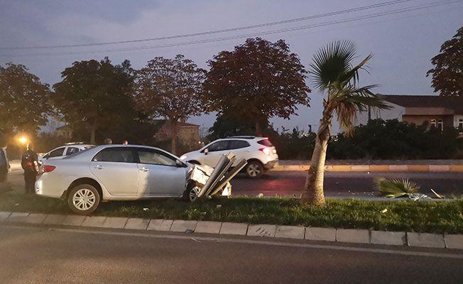 Yoldan çıkan otomobil elektrik direğine çarptı
