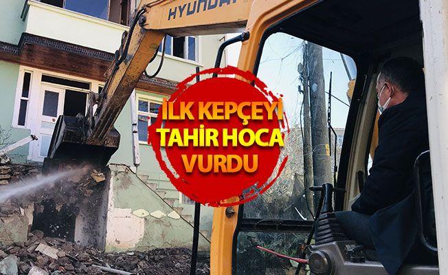 Kocaeli'de hasarlı binalar yıkılıyor... Depremin izleri siliniyor