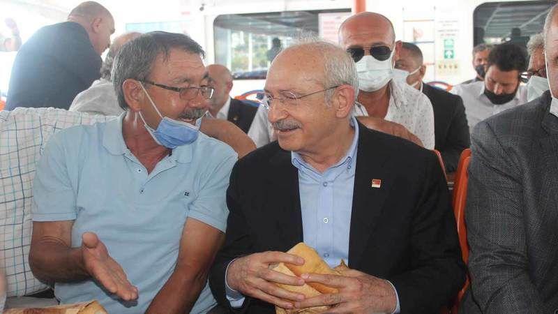 Genel Başkan Tezgahın Başına Geçti... Kemal Kılıçdaroğlu Hereke Halısı Dokudu