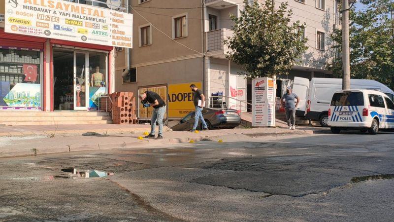 Gebze'de Silahlar Konuştu! İş Yerini Kurşunlayıp Kaçtılar! Kurşunlar Türk Bayrağına İsabet Etti