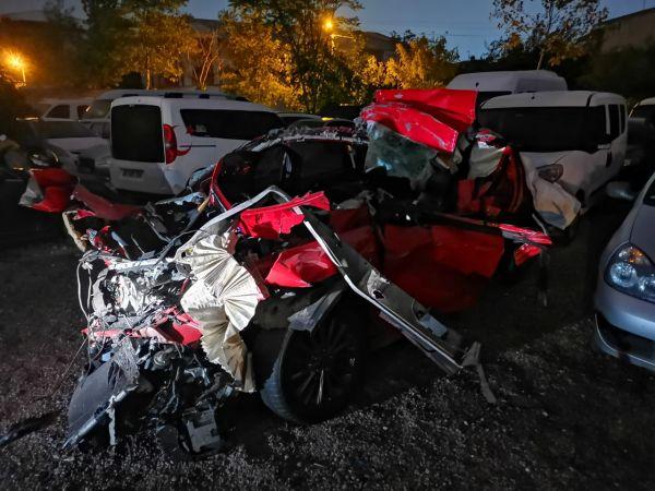 Kocaeli'de otomobil tıra çarptı: 1 ölü