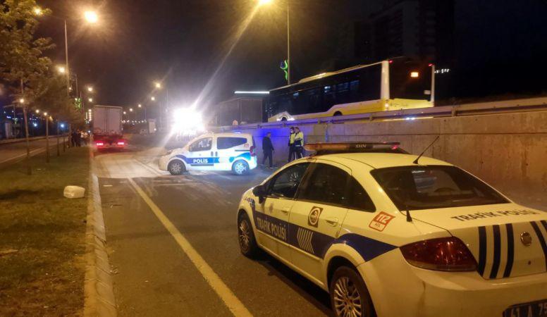 Çayırova'da Dehşet Gecesi! Otomobil Duran Kamyonete Çarptı! Sürücü Canından Oldu