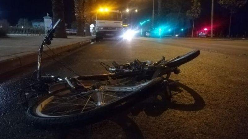 Otomobil çarptığı bisikletli genç yola savruldu