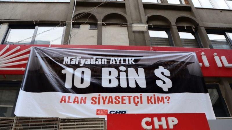 """CHP'den bu kez """"Mafyadan aylık 10 bin dolar alan siyasetçi kim"""" pankartı"""
