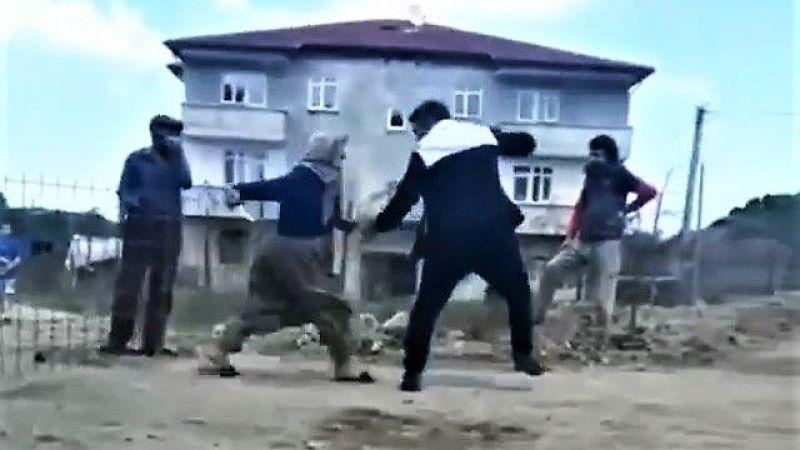 Yaşlı kadın bıçak çekince silahına sarıldı! Yol kavgasında dehşet!