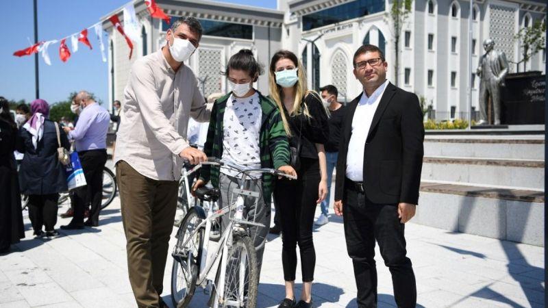 Kocaman başarıları öğrencilere bisiklet dağıttı