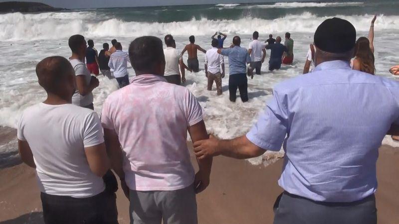 Jandarma acılı aileyi sudan güçlükle çıkardı