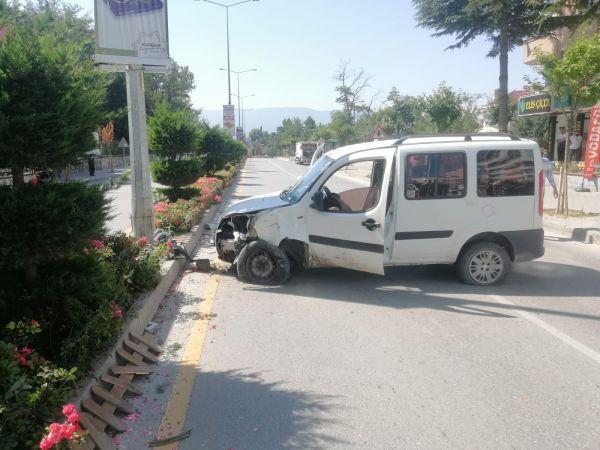 Kontrolden çıkan hafif ticari araç aydınlatma direğine çarptı: 1 yaralı
