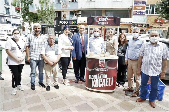 Başkan Söğüt, MHP'lilerle aşure dağıttı