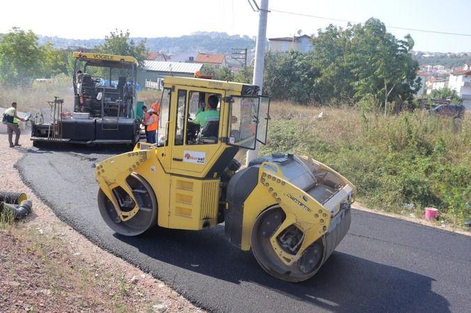 İzmit Belediyesi Yenişehir'deki toprak yolu asfaltla buluşturdu