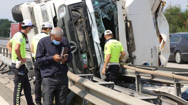 devrilen kamyonun sürücüsüne itfaiye yetişti
