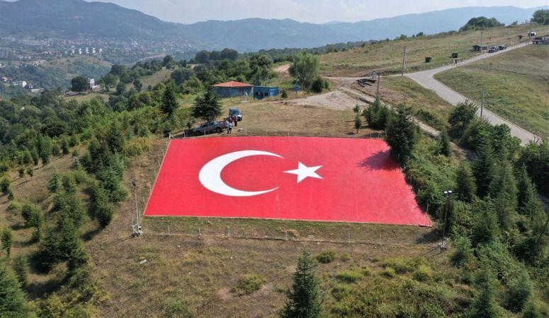 Başiskele'de 600 Metrekarelik Türk Bayrağı Işıl Işıl