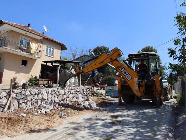 İzmit Belediyesi ihtiyaç olan noktalara istinat duvarı yapıyor