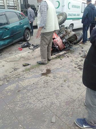 Cenaze aracı, otomobil ve traktör birbirine girdi