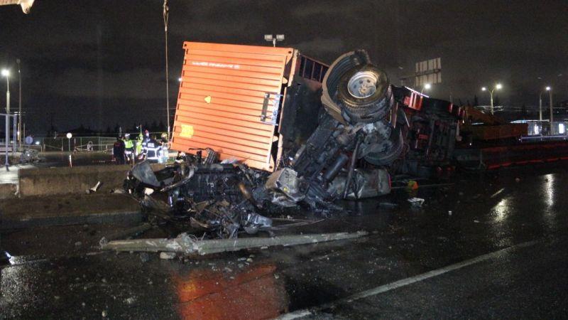 Kazada parçalara ayrılan tırdaki sürücü ağır yaralandı