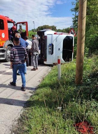 Otomobil ile çarpışan midibüs devrildi: 1 yaralı