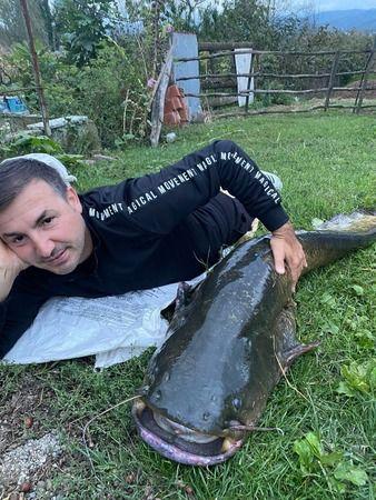Keyfe keder atılan oltaya devasa yayın balığı takıldı