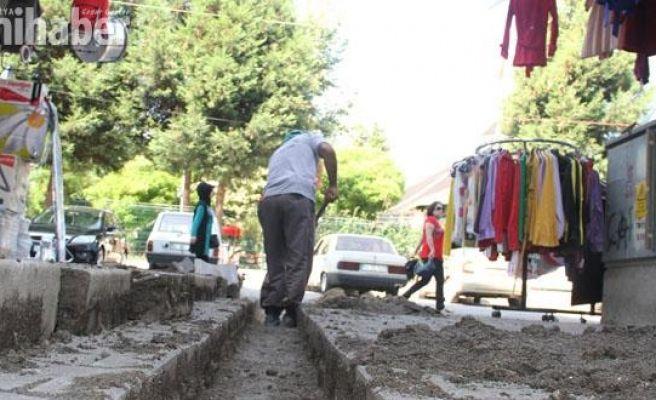 Akyazı Belediyesi'nden çarşı içinde kilitli parkelere bakım onarım