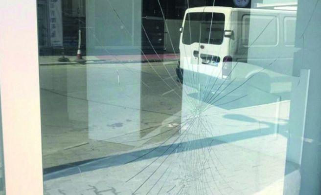 Laf attın kavgasında cam çerçeve yere indi