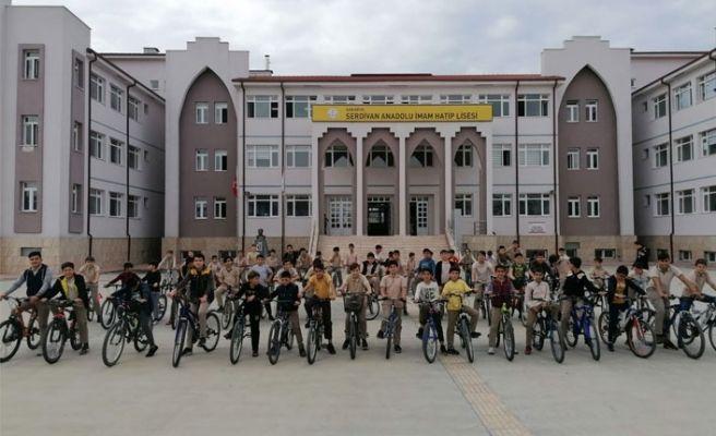 Okula bisikletle gidip geliyorlar