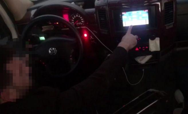 Okey oynarken görüntülenen şoförün ehliyetine el konuldu