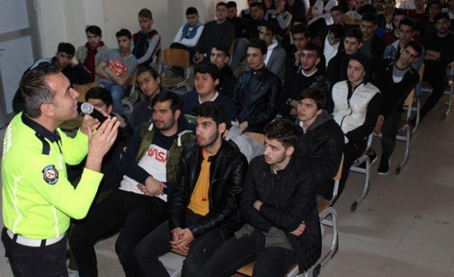 Polis abilerinden öğrencilere trafik eğitimi