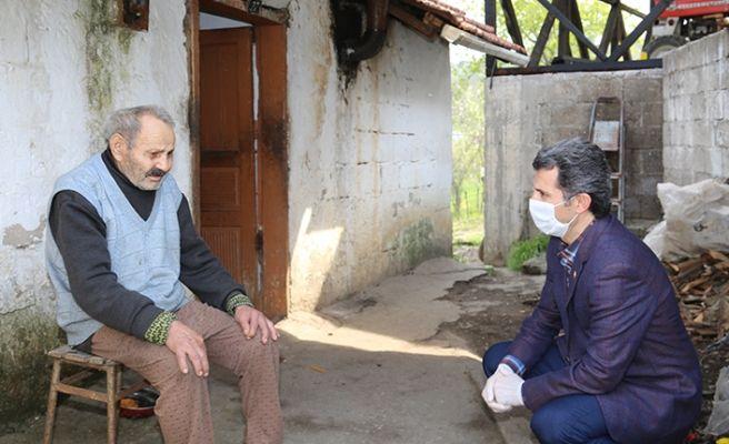 Başkan Acar elleriyle maske ve kolonya dağıttı