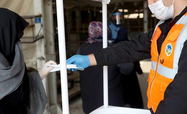 Büyükşehir Karasu'da ücretsiz maske dağıtıyor