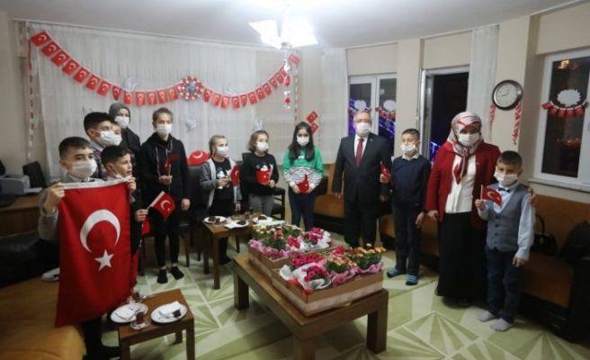 Vali Nayir, İstiklal Marşı'nı çocuklarla okudu