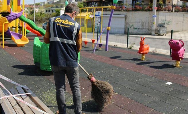 Serdivan'da parklara bakım ve dezenfekte bir arada