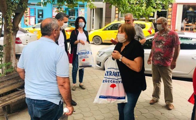 CHP'liler Hendek'te maske ve dezenfektan dağıttı