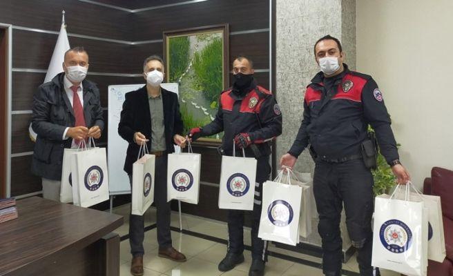 Sakarya polisinden lösemili çocuklara hediye