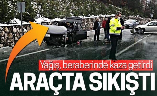 Yağış, kaza getirdi! Araçta sıkıştı...
