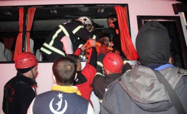 D-100'de halk otobüsü tıra çarptı: 6 yaralı