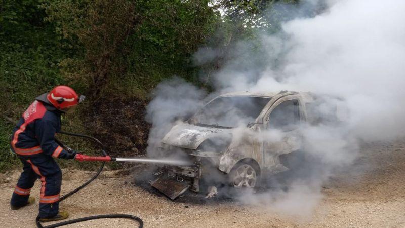 Akyazı'da araç cayır cayır yandı