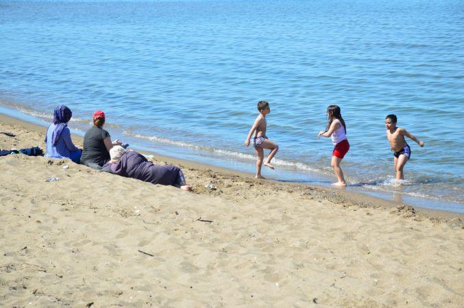 Sakarya'da sıcak havayı fırsat bilenler göle ve denize girdi