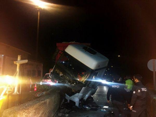 Alkollü sürücü bariyere çarptı, araç hurdaya döndü