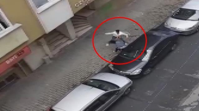 Hamile karısını sokak ortasında dövdü!